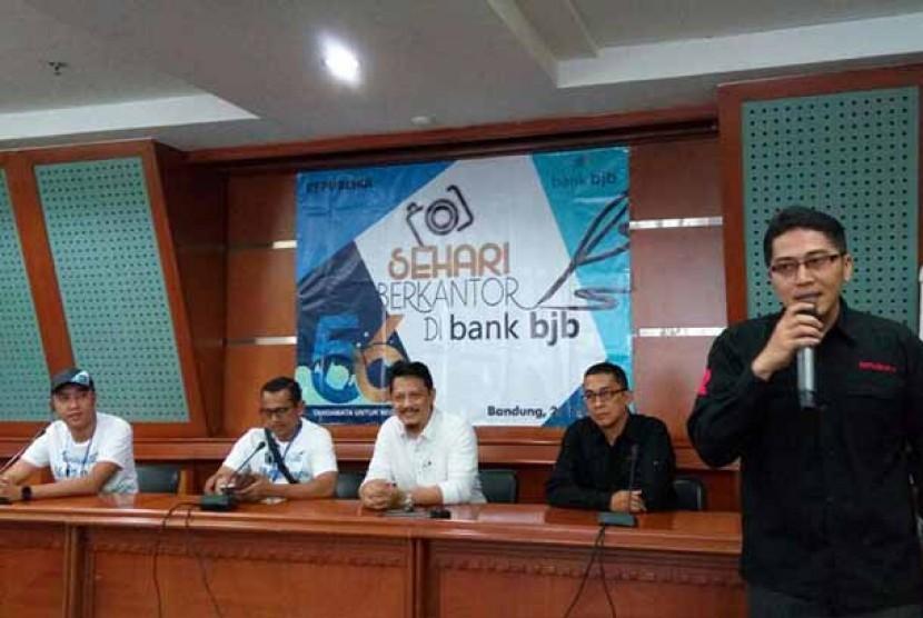 Redaktur pelaksana Republika.co.id Maman Sudiaman (tengah) membuka kegiatan Republika sehari berkantor di Bank BJB