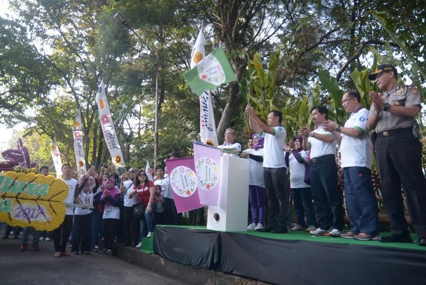 Rektor IPB Herry Suhardiyanto melepas Karnaval Florikultura Indonesia 2017, Ahad (30/7).