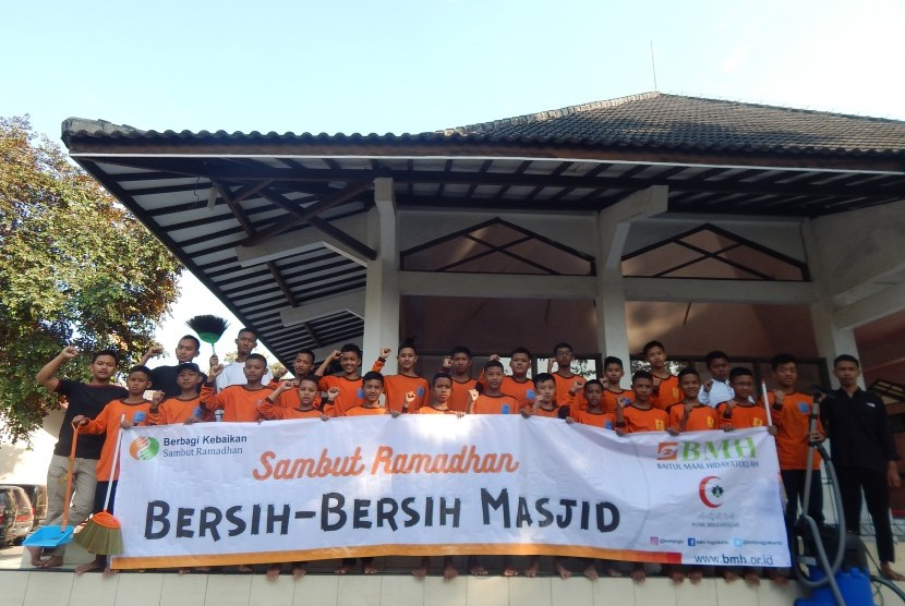 Relawan BMH melakukan bersih masjid.