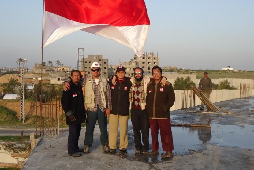 Relawan Indonesia bersama Relawan Gaza di atas bangunan RS Indonesia