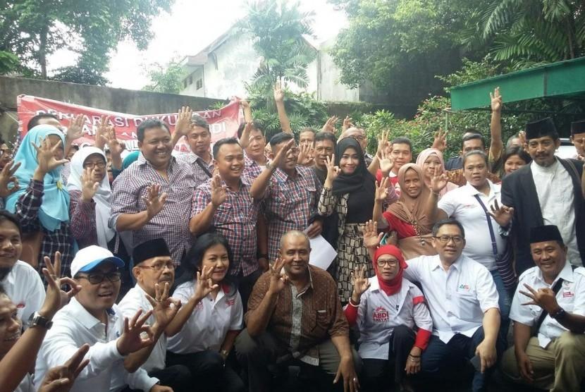 Relawan 'Jokowi Cinta Persatuan Indonesia' menyatakan deklarasi dukungan terhadap pasangan Anies Baswedan-Sandiaga Uno di Rumah Perubahan Ali Sadikin, Jl Borobudur, Pesanggrahan, Menteng, Jakarta Pusat, Jumat (10/2).