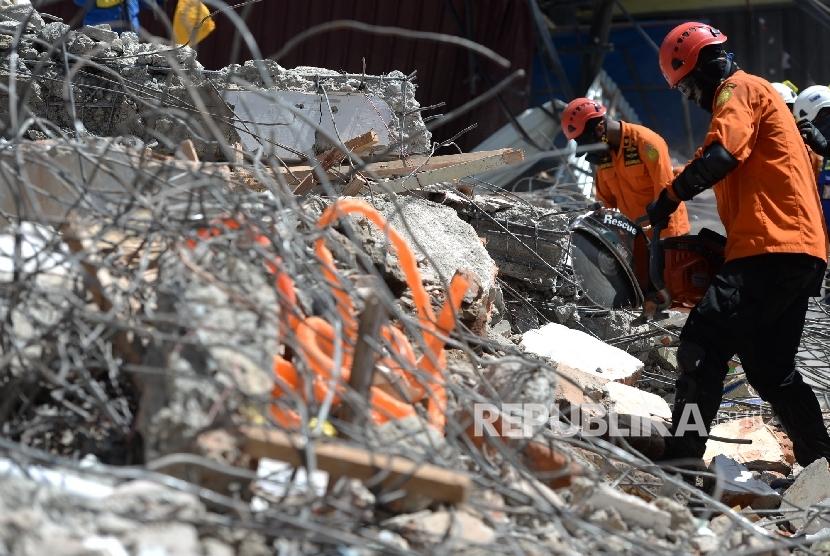 Relawan membantu proses perataan bangunan yang ambruk pascagempa di Pidie Jaya, NAD, Sabtu (10/12).