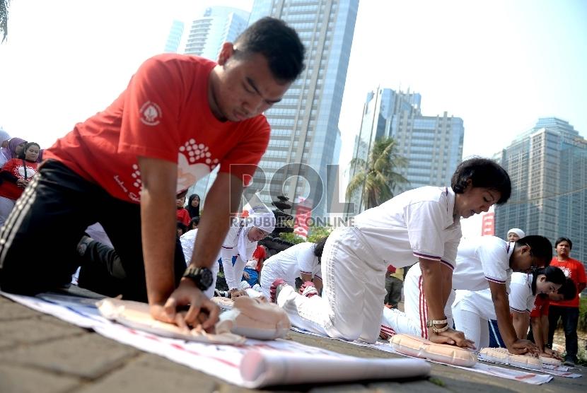 Relawan memeragakan bantuan hidup dasar (CPR) saat Peringatan Hari Jantung Sedunia    (Republika/Wihdan)