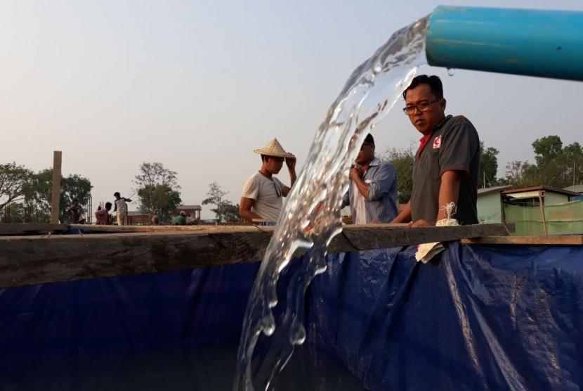 Relawan MER-C berupaya mendapatkan air  lewat sungai yang berada di dekat RS Indonesia.