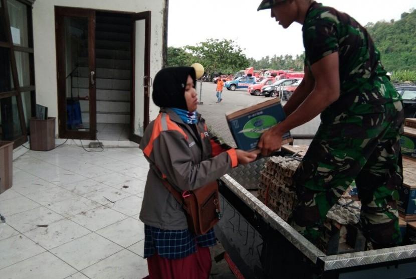 Relawan Rumah Zakat membantu mobilisasi bantuan untuk warga terdampak erupsi Gunung Agung.