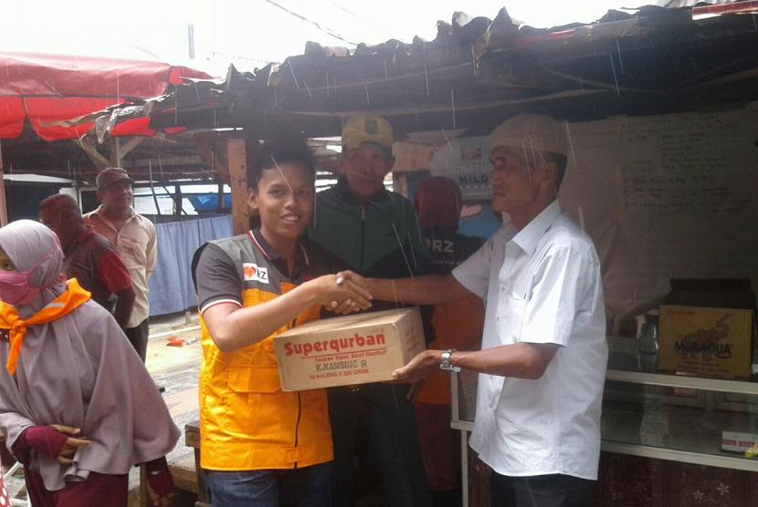 Relawan Rumah Zakat memberikan bantuan ke korban kebakaran di Pekanbaru.