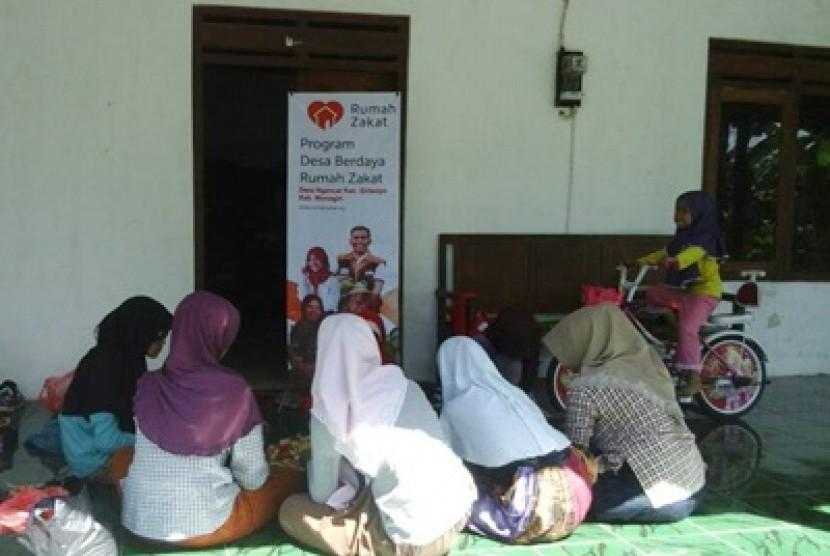 Relawan Rumah Zakat memberikan pelatihan kewirausahaan kepada remaja di Desa Ngancar, Giriwoyo, Wonogiri, Jawa Tengah.