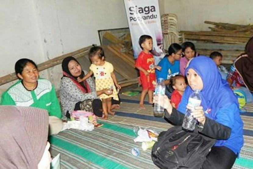 Relawan Rumah zakat tengah menyosialisasikan program Sedekah Sampah dan Bank Sampah kepada pengunjung Posyandu di Desa Bulupasar, Kecamatan Dandangan, Kota Kediri, belum lama ini.
