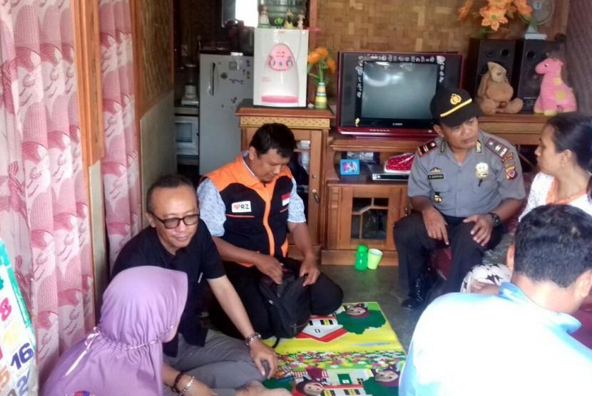 Relawan RZ  Datangi Rumah Bocah yang Urus Adiknya di Sumedang