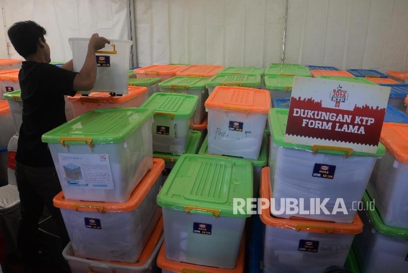 Relawan Teman Ahok memeriksa wadah plastik berisi data KTP dukungan warga Jakarta kepada bakal calon Gubernur DKI Jakarta Basuki Tjahaja Purnama di Sekretariat Teman Ahok, Jakarta, Ahad (19/6).