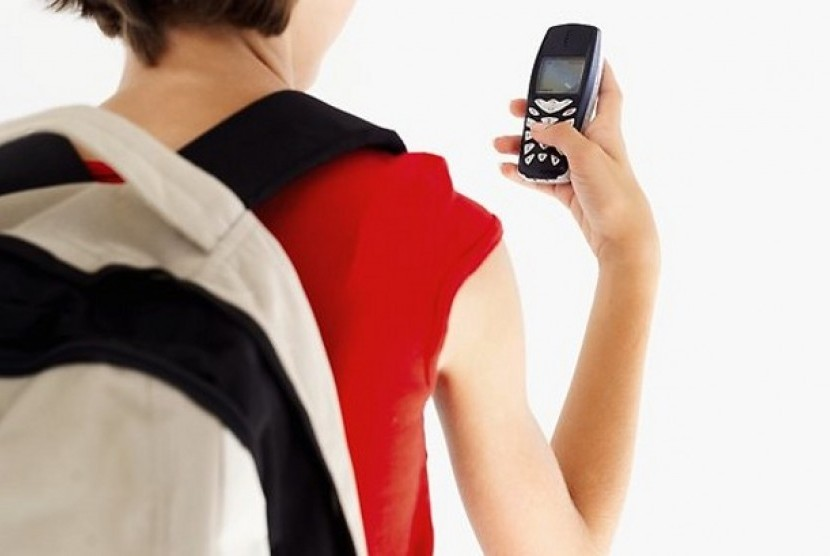 Remaja Putri dengan ponsel. (ilustrasi)