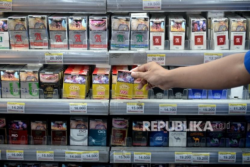 Rencana Kenaikan Harga Rokok. Petugas toko mengambil rokok untuk konsumen di salah satu ritel, Jakarta, Ahad (21/8).