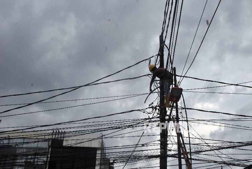 PLN akan Rapihkan Kabel Listrik yang Menjuntai