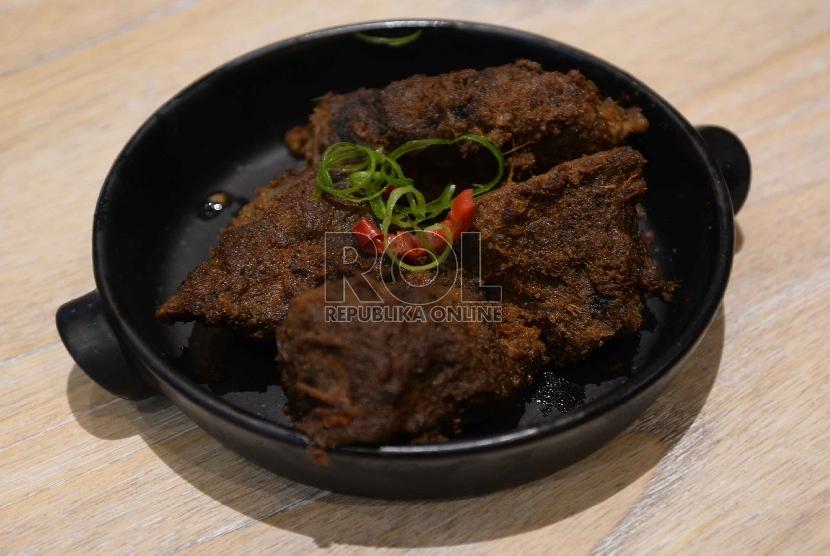 Rendang adalah makanan khas Sumatra Barat yang dimasak dengan cara ungkep di api kecil.