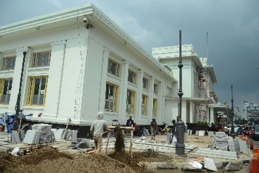 Renovasi Gedung Merdeka menjelang Konferensi Asia Afrika (KAA), di Jl Asia Afrika, Kota Bandung, Kamis (19/3).
