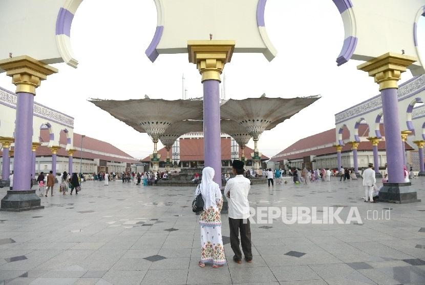 Replika arsitektur payung peneduh khas Masjid Nabawi kini sudah bisa dinikmati di Masjid Agung Jawa Tengah, Semarang. (ilustrasi)