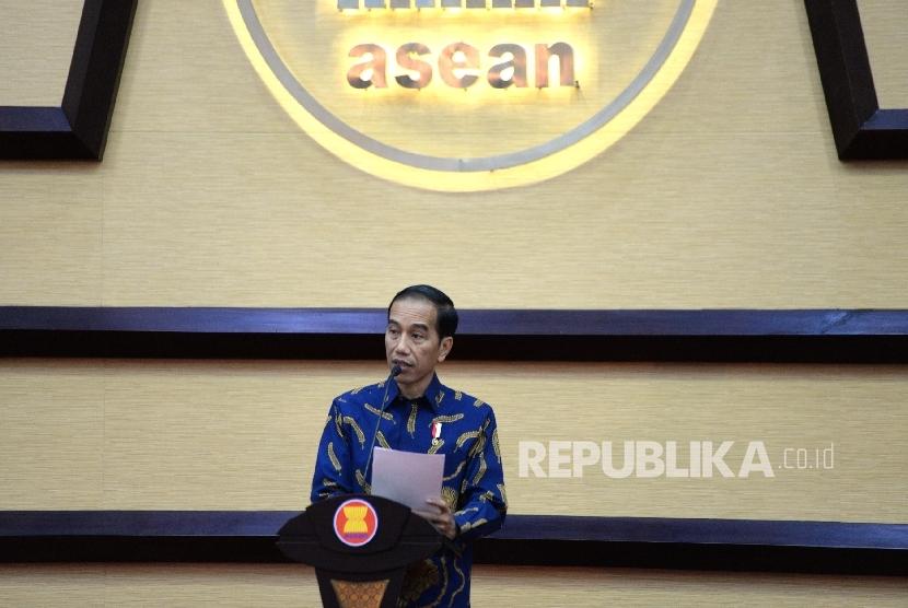 residen Joko Widodo memberikan sambutan saat peringatan 50 Tahun ASEAN di Sekretariat ASEAN, Jakarta, Jumat (11/8).