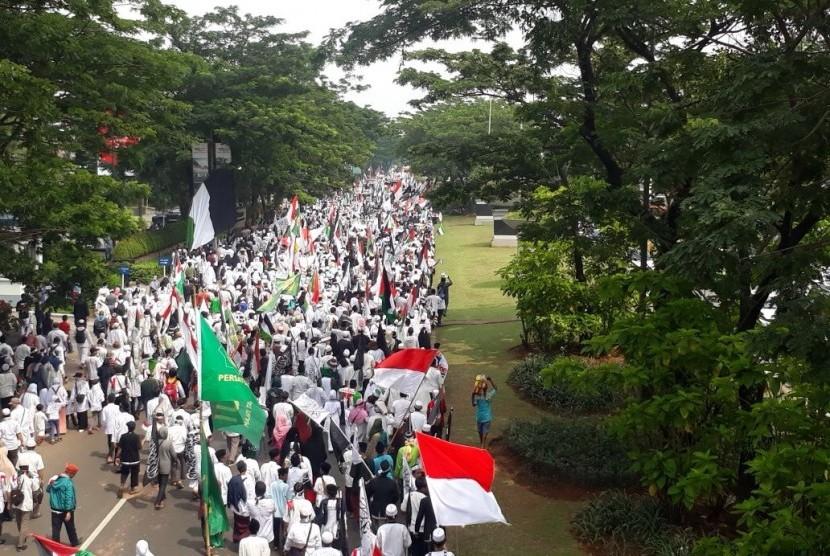 Ribuan aksi massa di Tangerang Selatan menggelar aksi menuntut kemerdekaan Palestina, Sabtu (30/12).