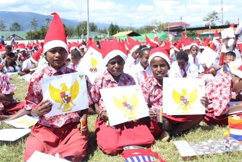 Ribuan Anak  Papua Warnai Gambar Garuda