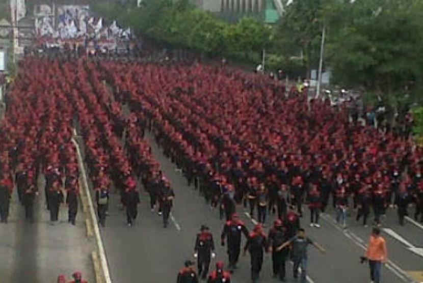 Ribuan buruh yang tergabung dalam Konfederasi Serikat Pekerja Indonesia (KSPI) memadati Jl MH Thamrin, Jakarta, Kamis (5/9). Mereka berunjukrasa menuntut kenaikan upah minimum provinsi 2014.