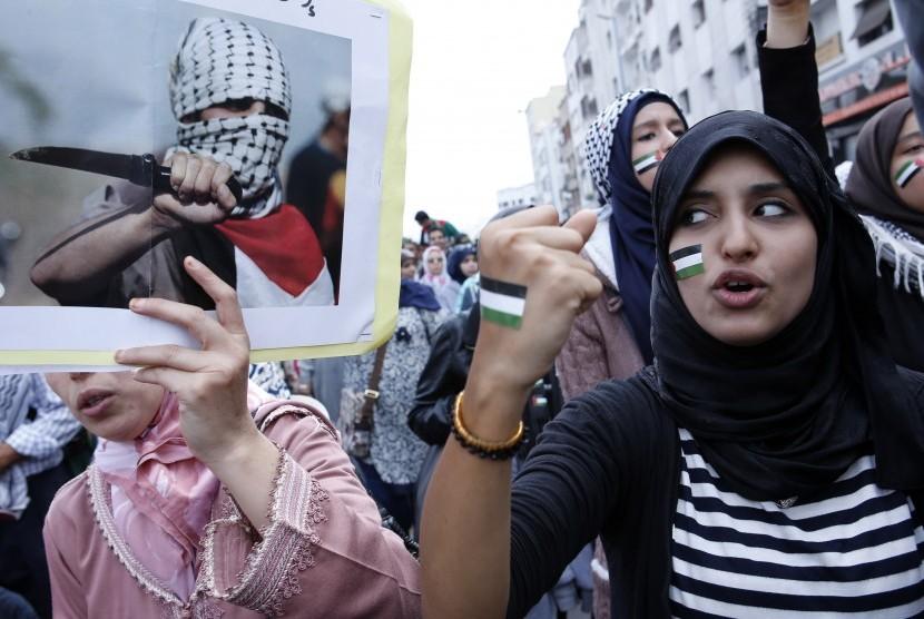 Ribuan demonstran pro-Palestina meneriakkan slogan anti-Israel, dalam aksi solidaritas untuk Palestina di jalan-jalan Casablanca, Maroko, Minggu 25 Oktober 2015.