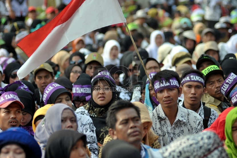 Ribuan guru honorer yang tergabung dalam Persatuan Guru Republik Indonesia (PGRI) menggelar aksi mogok dan unjuk rasa di kawasan Senayan, Jakarta, Selasa (15/9).  (Republika/Rakhmawaty La'lang)