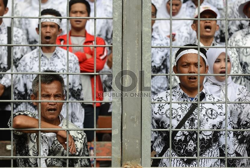 Ribuan guru menghadiri puncak peringatan HUT PGRI ke-70 yang digelar di Gelora Bung Karno, Jakarta, Ahad (13/12). (Republika/Raisan Al Farisi)