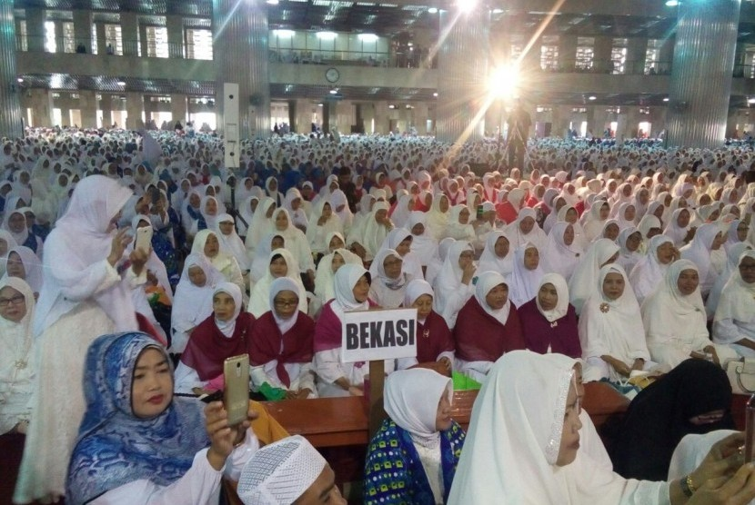 Ribuan jamaah dari Badan Kontak Majelis Taklim (BKMT) Kota Bekasi menggelar Tabligh Akbar dengan tema Peran Muslimah dalam Membangun Kejayaan Peradaban Islam di Masjid Istiqlal, Kamis (22/3).
