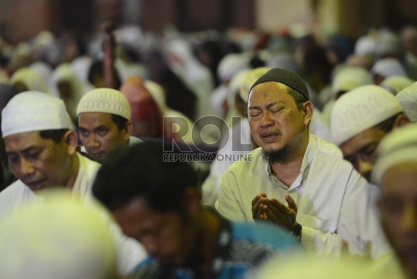 Ribuan jamaah mengikuti doa bersama saat acara Dzikir Nasional 2015  di Masjid At-Tin, Jakarta, Kamis (31/12).  (Republika/Raisan Al Farisi)