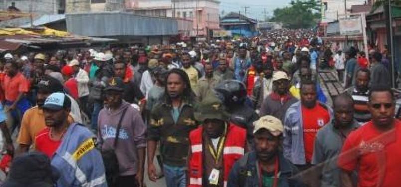 Ribuan karyawan PT. Freeport Indonesia melakukan longmarch ketika menggelar aksi unjuk rasa di Terminal Bis Gorong-gorong Timika, Papua, Senin (10/10). Aksi tersebut berakhir bentrok antara pengunjuk rasa dengan polisi.