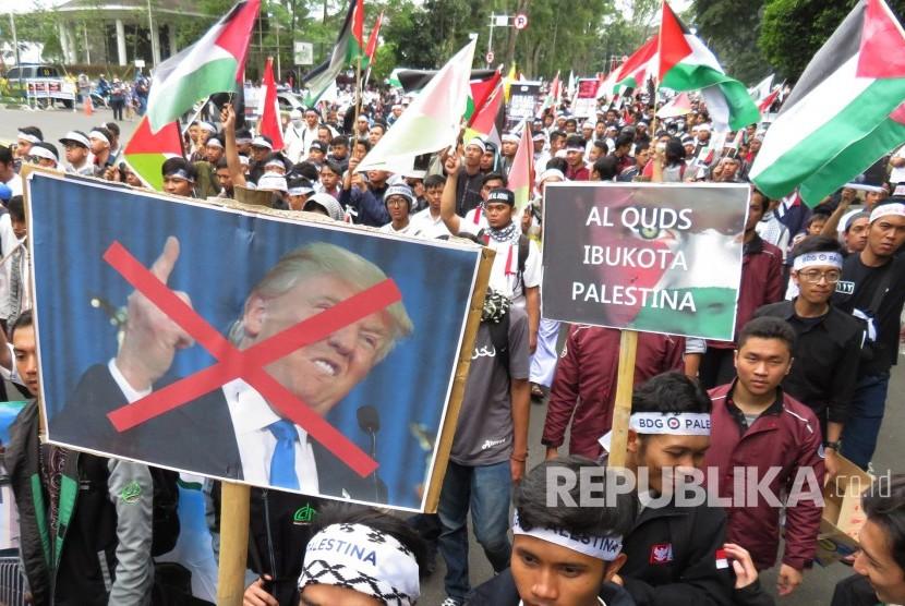 Ribuan massa yang tergabung dalam Aliansi Masyarakat Selamatkan Al Aqsa (AMSA) ikut serta pada Aksi solidaritas bela Palestina, di depan Gedung Sate, Kota Bandung, Jumat (15/12).
