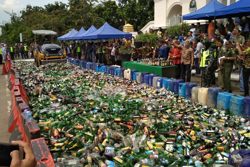Bandung authority destroys thousands of liquor on Thursday (April 12).