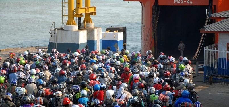 Ribuan pemudik bermotor antre masuk ke dalam kapal di pelabuhan Bakauheni, Lampung, Ahad (4/9). Puncak arus balik Lebaran dari Bakauheni menuju pelabuhan Merak, Banten, terjadi Ahad.