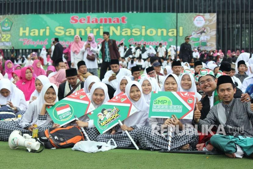 Ribuan santri memenuhi halaman Masjid Raya Provinsi Jawa Barat, di Alun-alun Kota Bandung, saat peringatan Hari Santri Nasional 2017 Tingkat Jawa Barat, Kamis (26/10).