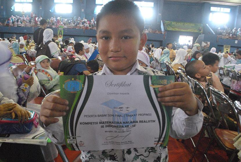 Ribuan siswa mengikuti babak semi final Kompetisi Matematika Nalaria Realistik (KMNR) di GOR UNESA, Jl Lidah Wetan, Surabaya, Ahad (29/1).