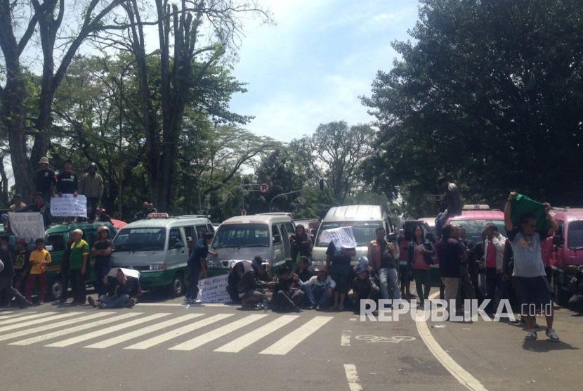 Ribuan sopir angkutan kota (angkot) dan taksi Kota Bandung menggelar aksi mogok massal dan unjuk rasa di depan Gedung Sate, Jalan Diponegoro, Kamis (9/3).