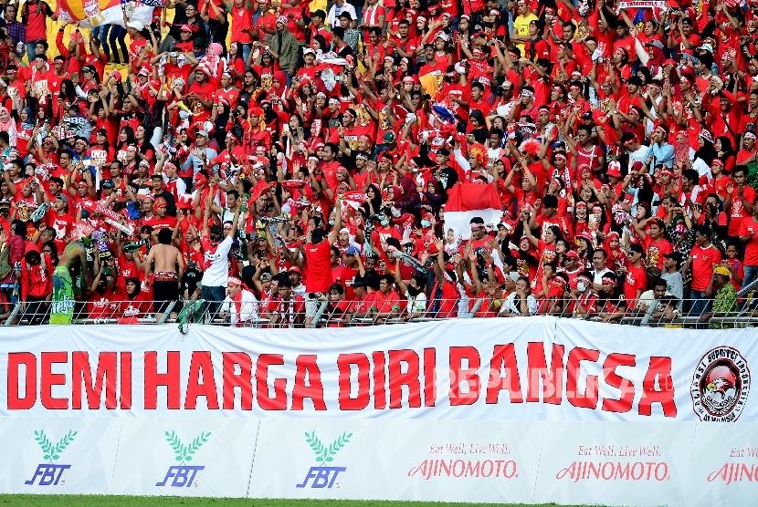 Ribuan suporter Timnas Sepakbola Indonesia memadati Stadion Selayang, Malaysia, Ahad (20/8).