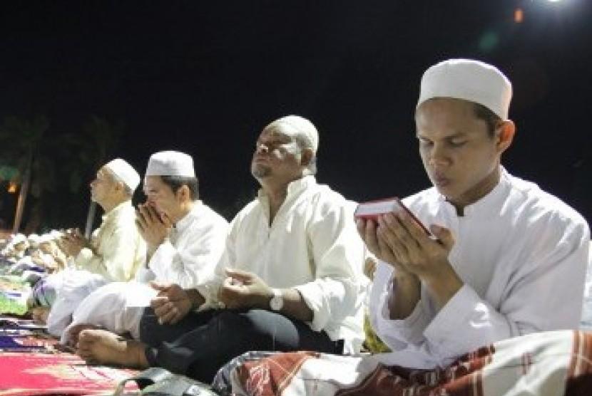 Ribuan umat Islam memadati halaman masjid hadiri malam nisfu syaban (Ilustrasi)