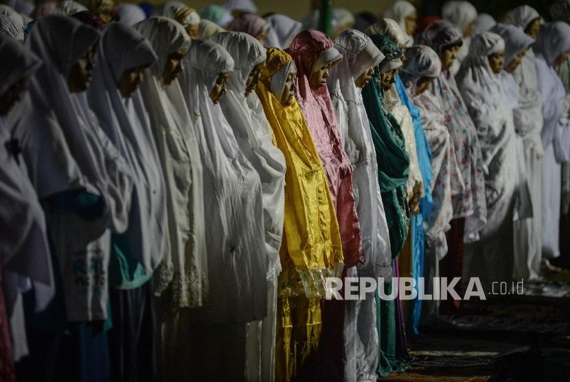 Ribuan warga melaksanakan Shalat Subuh Berjamaah di Masjid Pusat Dakwah Islam (Pusdai) Kota Bandung, Jawa Barat, Senin (12/12).