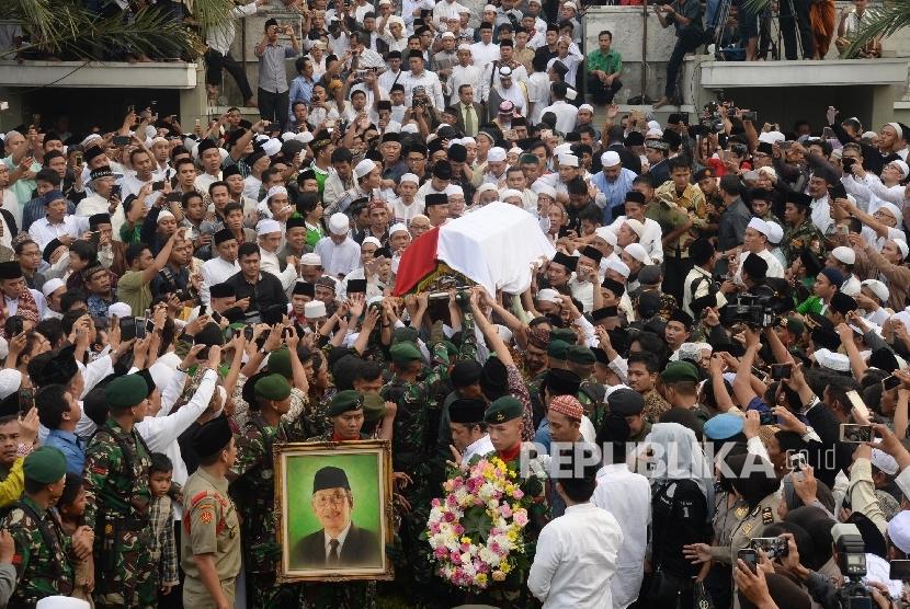 Ribuan warga membawa keranda jenazah Almarhum KH. Hasyim Muzadi saat proses pemakaman di komplek Pondok Pesantren Al-Hikam, Depok, Jabar, Kamis (16/3).