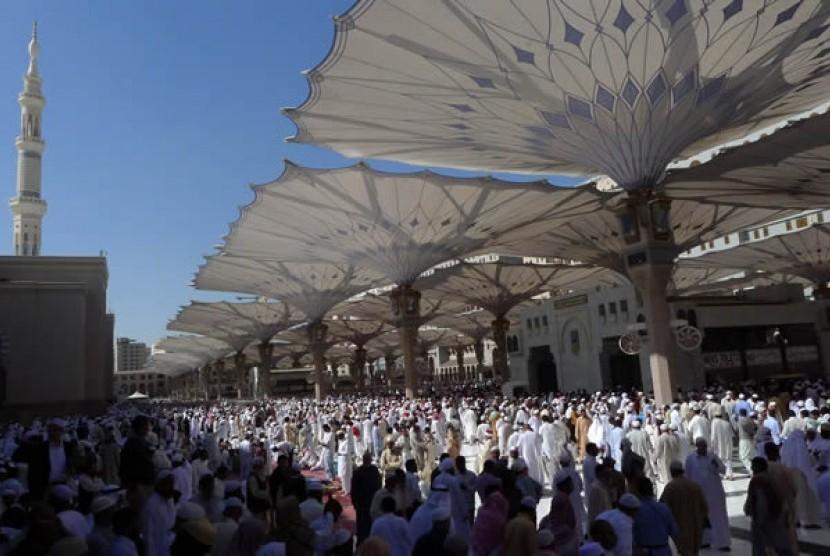 Ribuat umat moslem akan menunaikan sholat jumat di masjid Nabawi - Madiah - Arab Saudi