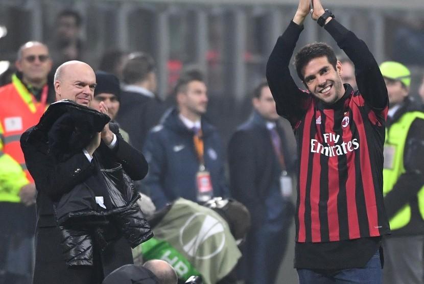Ricardo Kaka (kanan) menyapa publik di Stadion San Siro pada laga antara AC Milan dan Austria Wina pada Grup D Liga Europa di Stadion San Siro, Milan, Italia, Jumat (24/11) dini hari WIB. Milan memenangi laga itu dengan skor 5-1.