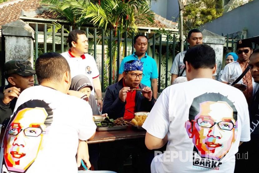 Ridwan Kamil makan bersama dengan warga Kota Sukabumi, di Jalan Juanda, Ahad (16/4). Emil menyatakan ikhtiarnya maju jadi Gubernur Jabar