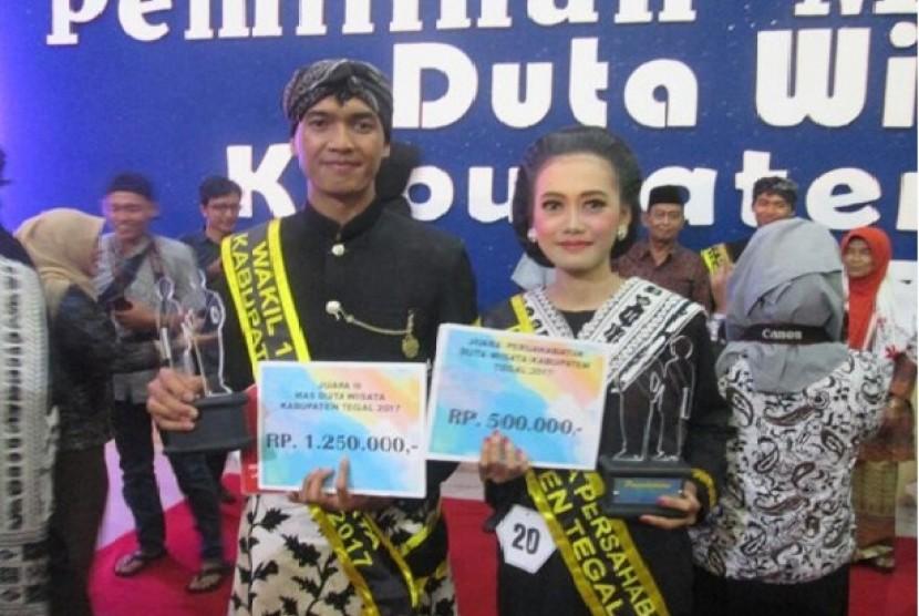 Riki (kiri) dan Winda, mahasiswa AMIK BSI Tegal berhasil meraih juara Duta Wisata Tegal 2017.