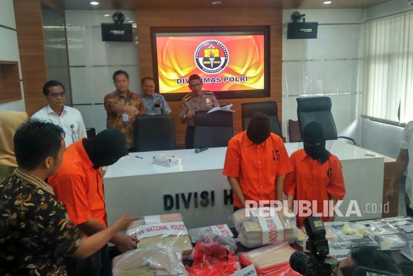 Rilis Pengungkapan Kasus Pemalsuan Surat Kesehatan via daring di Markas Besar Polri, Jakarta, Jumat (12/1).