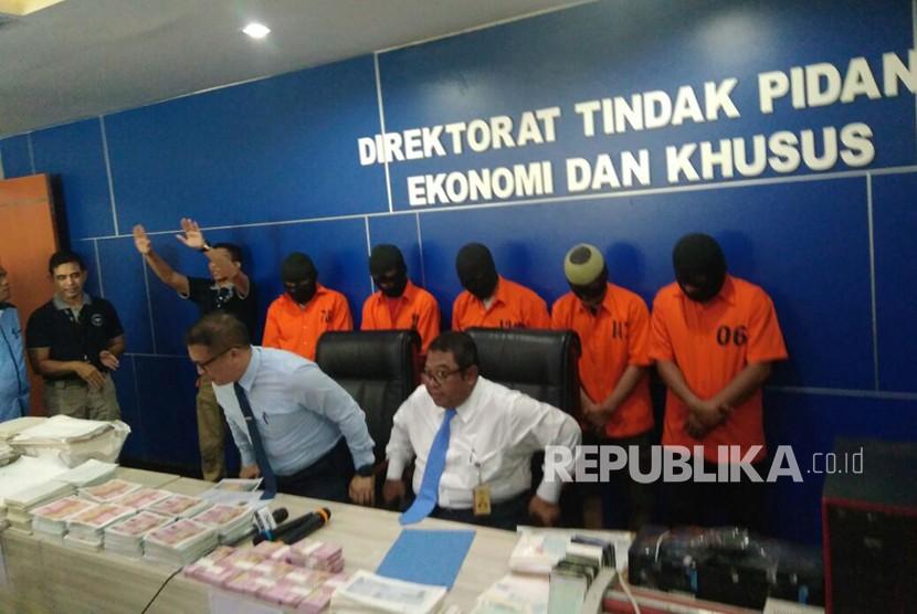 Rilis pengungkapan uang palsu oleh Dittipideksus di Bareskrim Polri, Gambir, Jakarta Pusat, Kamis (7/12).