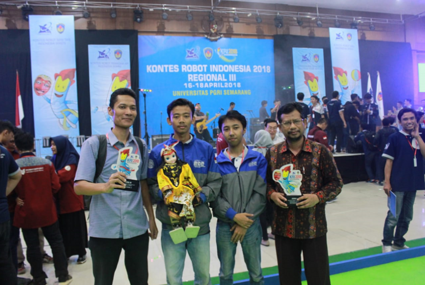 Robotic Development Community Universitas Ahmad Dahlan (UAD) saat meraih gelar juara di Kontes Robot Indonesia Regional III, (18/5) lalu.