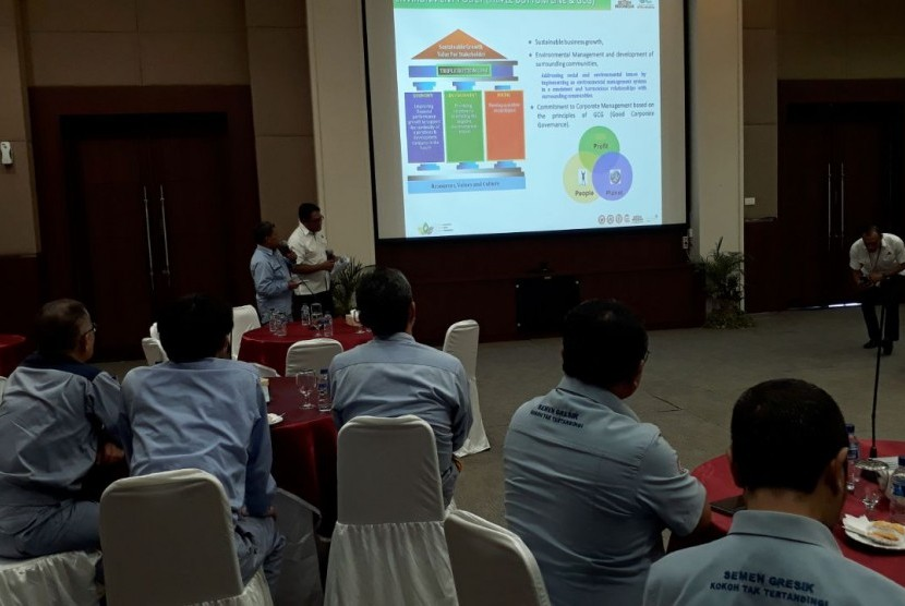 Rombongan Global Enviromental Center (GEC) Foundation menyimak paparan progres pembangunan WHRPG, di lingkungan pabrik PT Semen Gresik, di Kabupaten Tuban, Jawa Timur, Selasa (27/2).