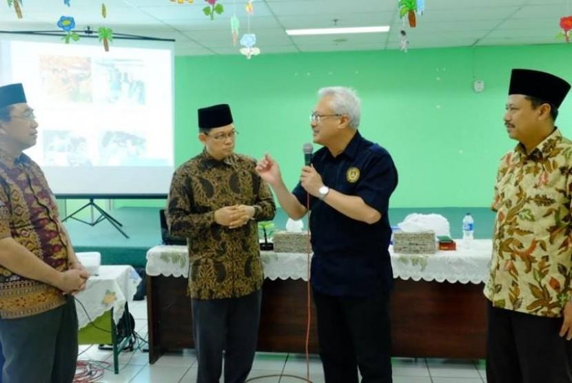 Rombongan Universiti Teknologi MARA (UiTM) Sarawak dan Majlis Islam Sarawak mengunjungi YPI Al Azhar.