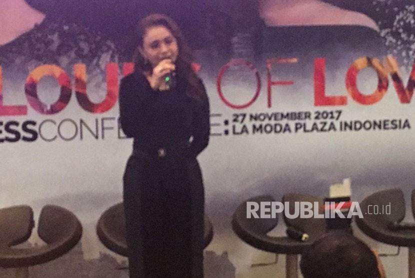 Rossa menyanyikan ost Ayat Ayat Cinta 2 berjudul Bulan dikekang Malam di La Moda, Plaza Indonesia, Senin (27/11).